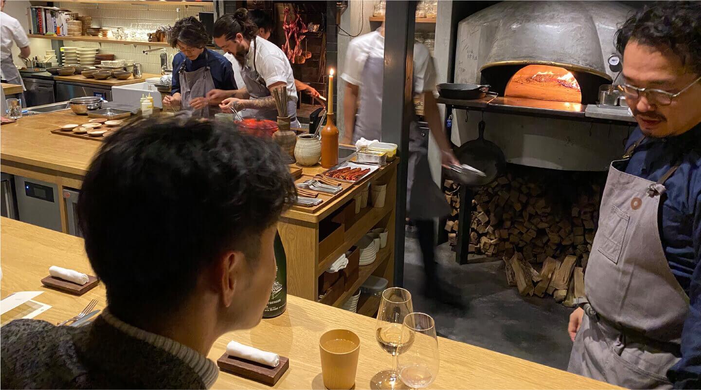 楽しそうに立ち働くシェフ達との一体感も魅力のひとつ。オープンキッチンを囲む12席のL字カウンター