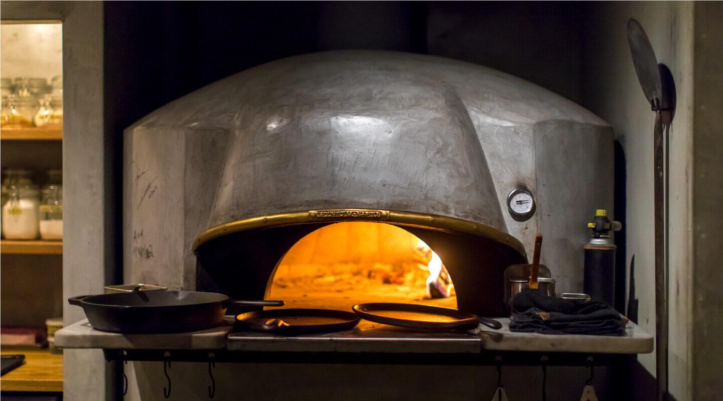 調理は薪火のみでガスは使わない。キルン(窯)と薪窯の2種の窯を使い分ける